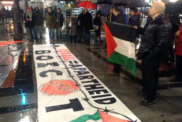Pancarta en favor del boicot a interés comerciales israelíes en la concentración de Fuente Dorada. Foto: últimoCero