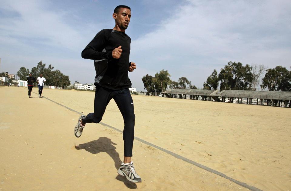 En esta foto de archivo del 5 de abril de 2008, Nader Masri se entrena en la Ciudad de Gaza. (AP Photo/Hatem Moussa/File)