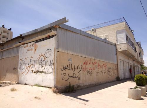 La construcción junto a la cual Nowarrah y Abu Thaher fueron abatidos. Sus nombres han sido pintados en rojo sobre el muro.
