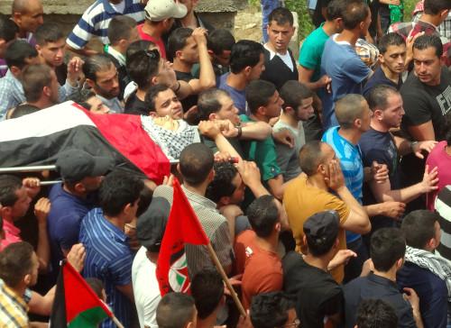 Procesión en el funeral de Nadeem Nowarrah, en el pueblo de Mazra'a al Qabilia de Cisjordania.