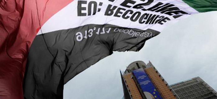"""Bandera palestina con el eslogan """"la UE reconoce a Palestina"""" delante de la sede de la Comisión Europea, Bruselas, Septiembre de 2011."""