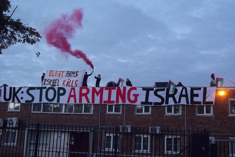 Activistas cierran la fábrica de la armamentística israelí Elbit Systems durante los ataques a Gaza de 2014.