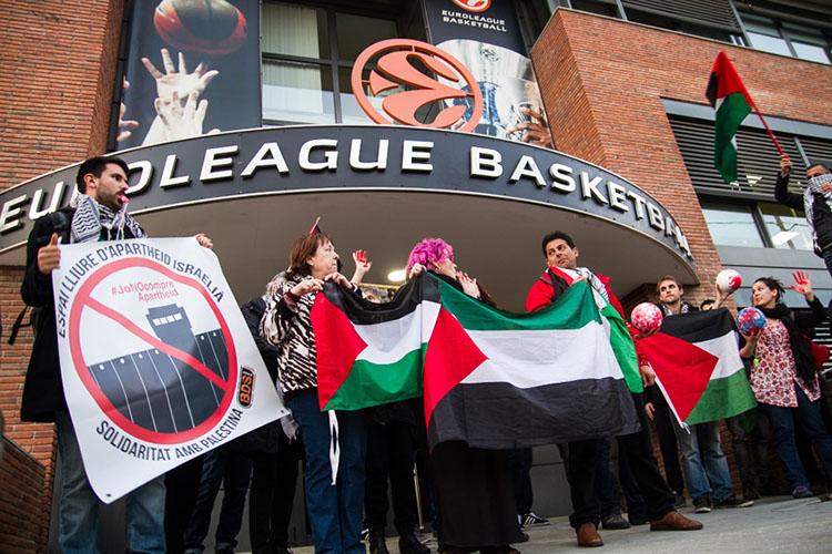 Concentración en la sede barcelonesa de la Euroliga de baloncesto el 10 de marzo / Sergi Pujolar