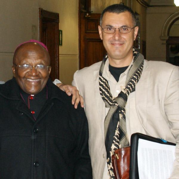 El arzobispo sudafricano Desmond Tutu se reunió con Omar Barghouti en Ciudad del Cabo en 2013 / Yazeed Kamaldien